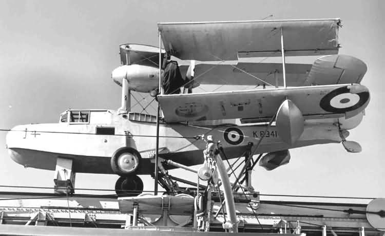 Supermarine Walrus («Уолрес Mk.I») со сложенными крыльями на палубе корабля