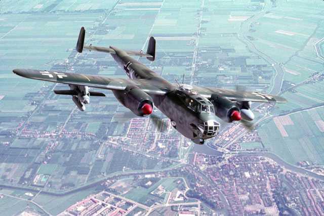 Do-217 с планирующими радиоуправляемыми бомбами под крыльями