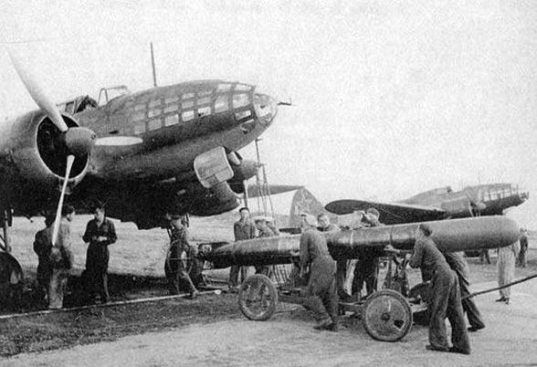 снаряжение торпедоносца Ил-4 перед вылетом