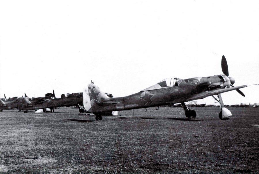 Трофейные FW-190D-9 советской армии. Было их не так уж мало, и некоторые машины даже какое-то время состояли на вооружении СССР после войны, выполняя вспомогательные задачи.