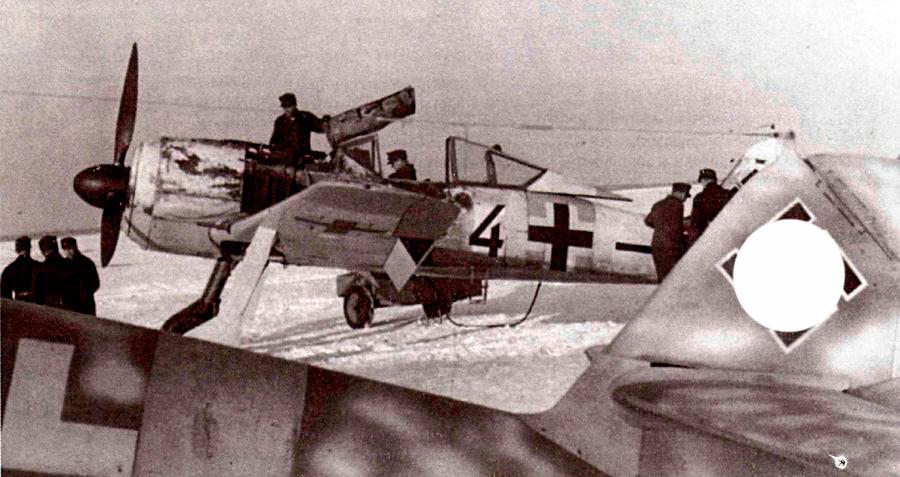 Техобслуживание FW-190 в условиях русской зимы. Позднее работу техников старались облегчить, ставя обогреваемые брезентовые палатки, куда частично помещался и сам самолет... однако чаще всего приходилось работать в чистом поле.