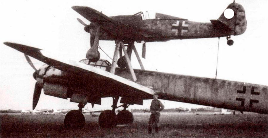 Это чудо-юдо системы «Мистель» представляет собой соединенные FW-190A-8 (самолет-наведения) и Ju-88-(ударный-самолет). В первом находится пилот, а второй, соответственно - забит взрывчаткой. Нужно только навести конструкцию на цель и разомкнуть крепления - настощая управляемая бомба в эпоху неуправляемого оружия. Обратите внимиание на третью (среднюю) стойку шасси юнкерса - такое было только на «Мистеле».