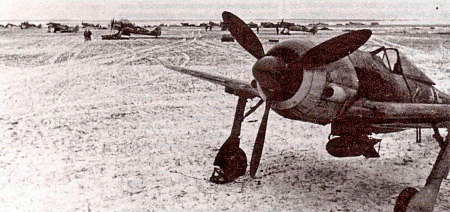 штурмовики FW-190F-2 с внешними воздухозаборниками по бокам капота