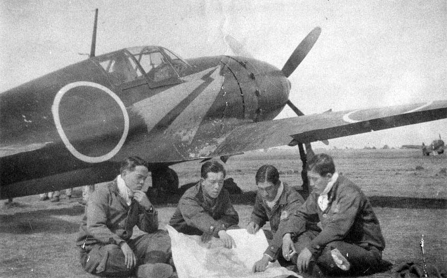 Японские пилоты за обсуждение полетного задания, рядом с одним из перехватчиков «Рейден» J2M3.