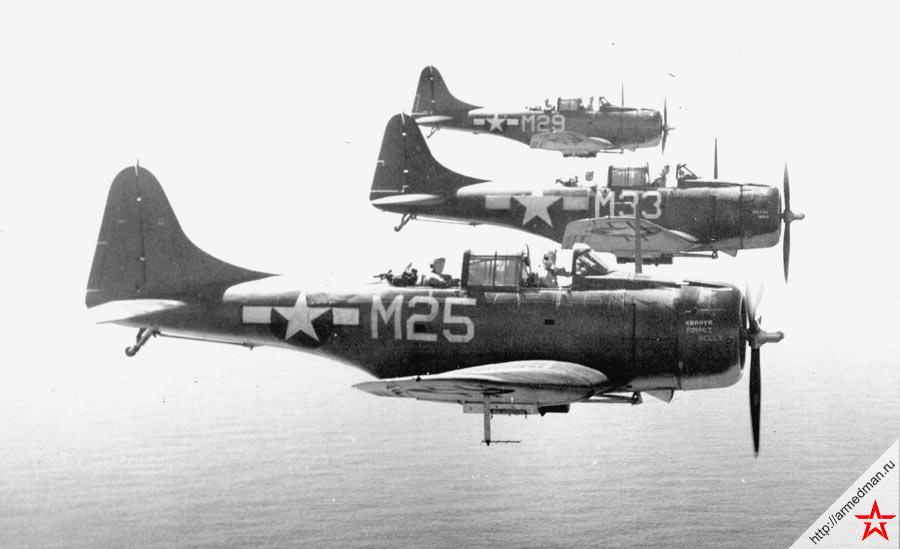 Строй палубных бомбардировщиков Дуглас SBD «Донтлесс» в полете
