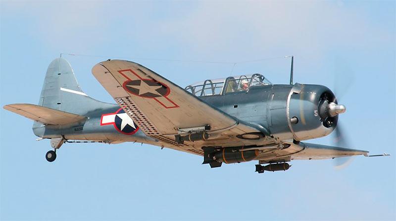 Американский бомбардировщик Дуглас SBD «Донтлесс», вид спереди-снизу
