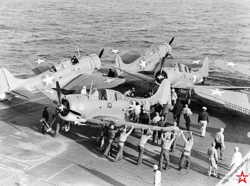Самолеты SBD «Донтлесс» на палубе авианосца
