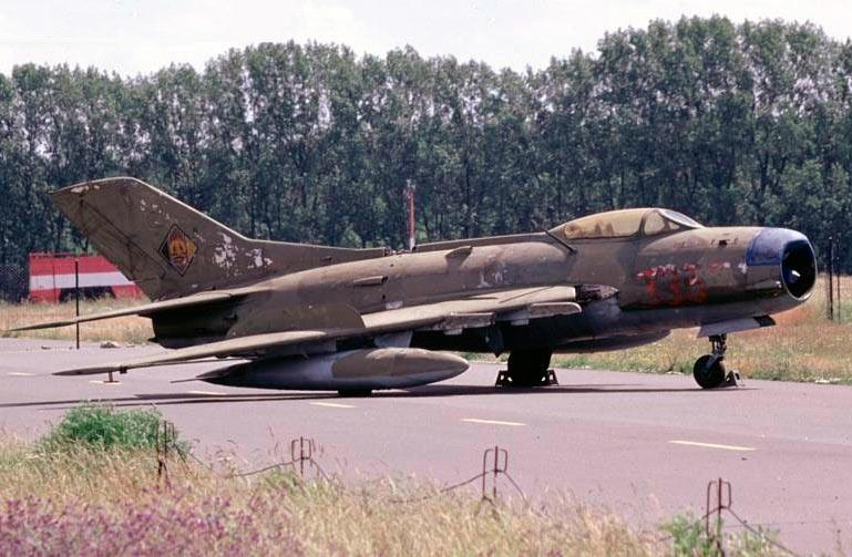 МиГ-19 не спутаешь с предшественниками и в профиль - самолет имеет характерный удлиненный и даже изящный силуэт