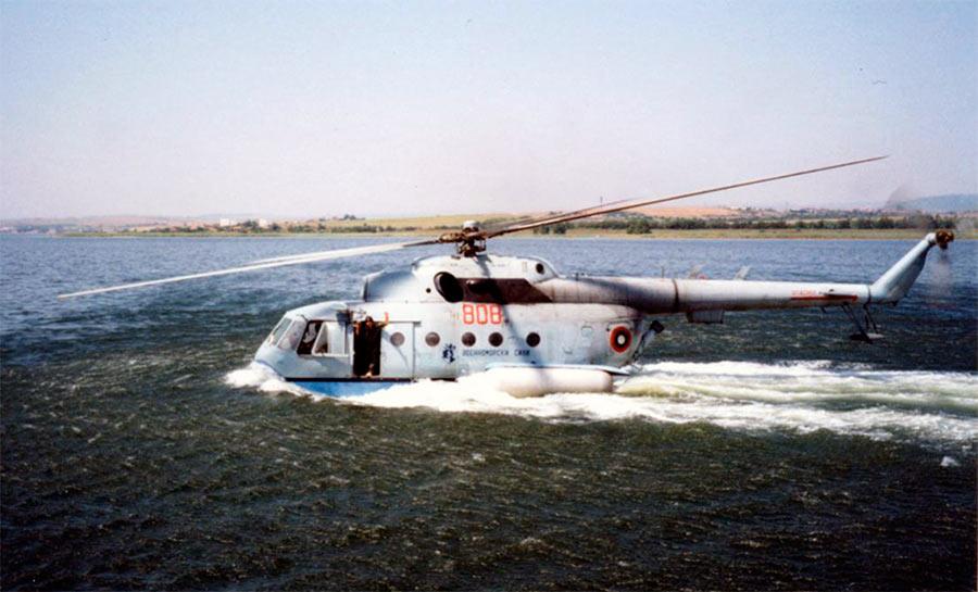 Многоцелевой вертолет-амфибия Ми-14 во второй родной стихии.