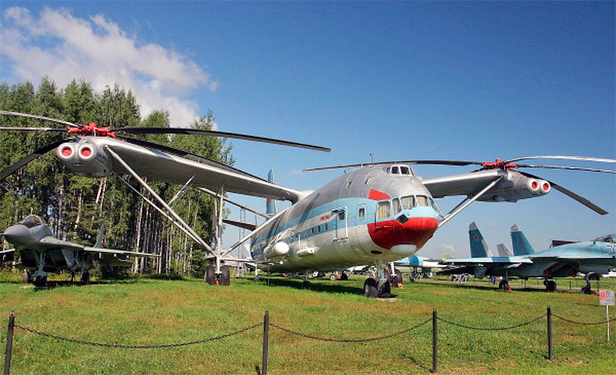 Транспортный вертолет В-12 на земле