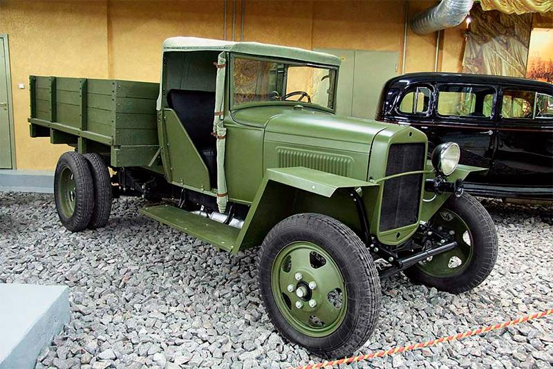 Грузовой автомобиль ГАЗ-АА военного времени. Обратите внимание на ещё более упрощенную конструкцию этой полуторки