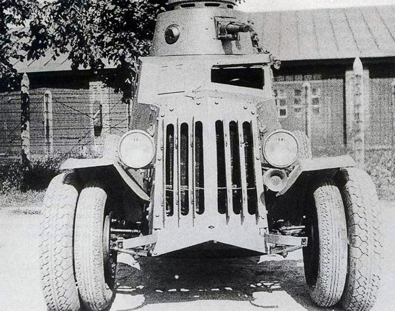 Д-13 спереди, хорошо видны сдвоенные колеса разного диаметра