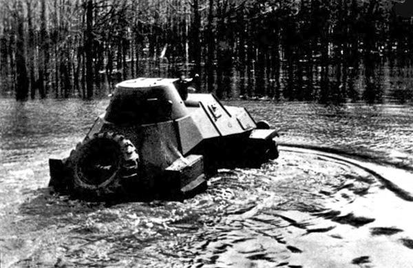 Один из броневиков ЛБ-62 преодолевающий водную преграду