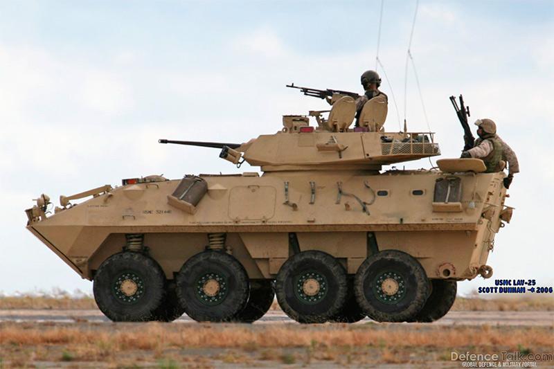 LAV-25 в пустынном камуфляже, несущая службу в Ираке