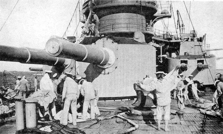 Башни главного 305-мм и среднего 203-мм орудий линейного корабля «Андрей Первозванный»