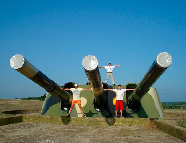 Отличное фото, чтобы представить размер орудий 'Севастополей'. 30-я батарея, г.Севастополь