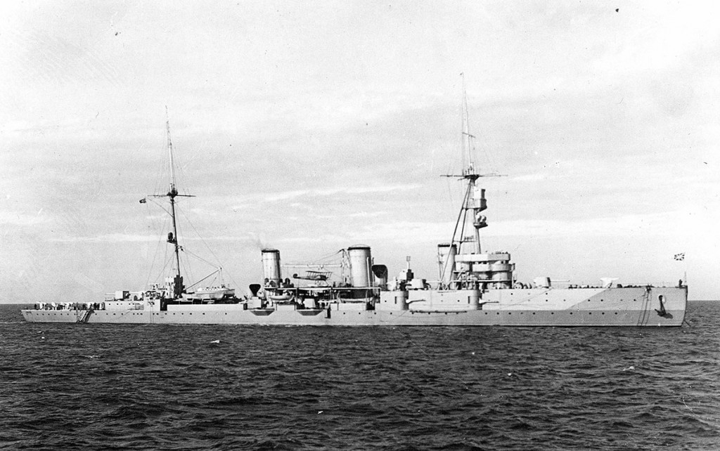 Крейсер 'Червона Украина' систершип крейсера 'Светлана'. Обратите внимание как его очертания похожи на очертания 'Новика'