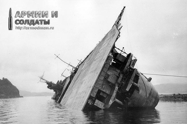 Авианосец 'Амаги' после атаки бомбардировщиков