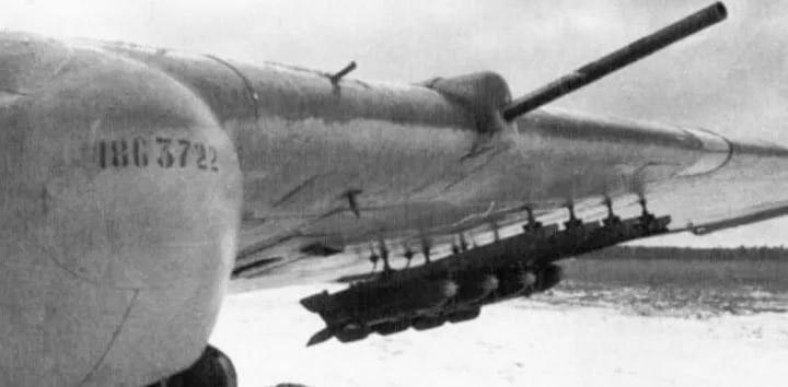 <a href='https://arsenal-info.ru/b/book/2633435995/28' target='_self'>Реактивные снаряды</a> РС-82 под крылом штурмовика Ил-2.