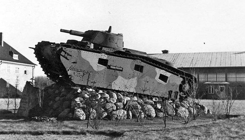 «Grosstraktor III» на постаменте, вероятно на территории завода «Крупп»
