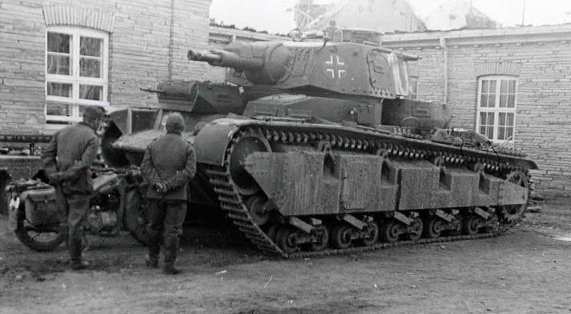 Тяжелый многобашенный танк «Neubaufahrzeug» фирмы «Крупп». Отличить его легко по расположенным в ряд орудиям в главной башне