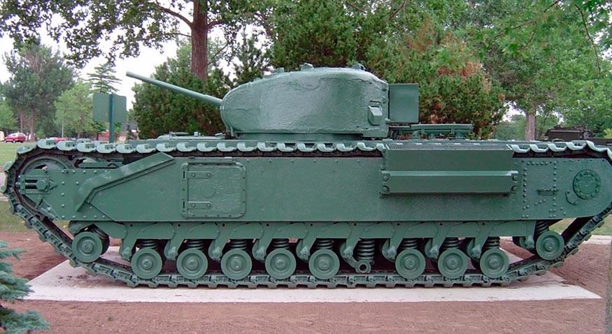 Тяжелый танк Mark IV «Черчиль» в профиль
