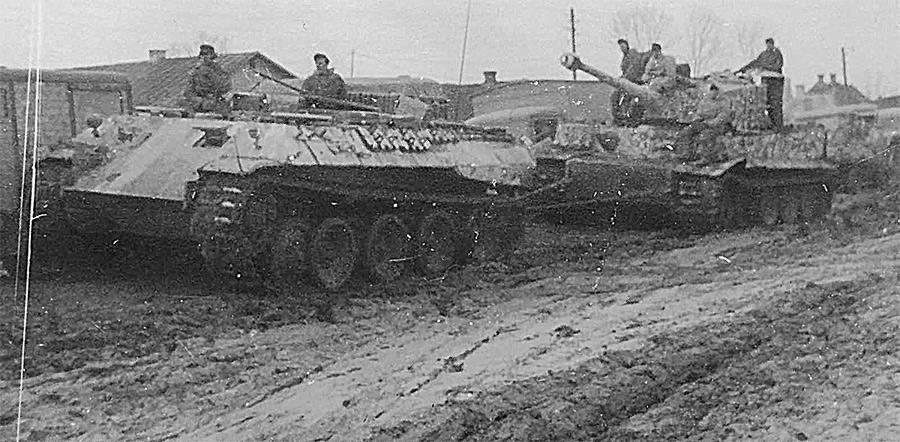 БРЭМ Bergepanther Sd.Kfz.179 эвакуирует тяжелый танк Pz.VI «Тигр». Восточный фронт