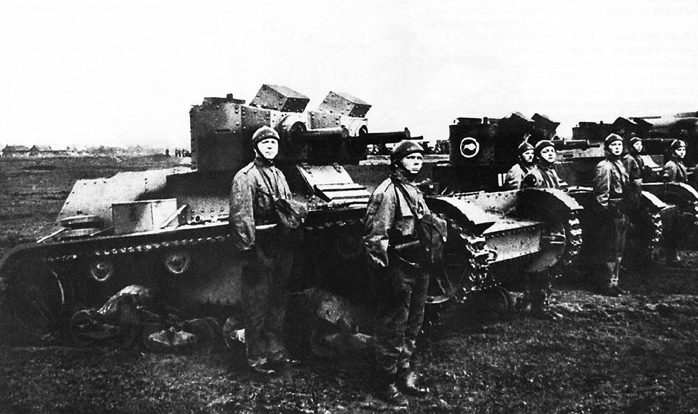 Экипажи пулеметных двухбашенных вариантов легкого танка 7ТР на смотре. Справа командир и механик-водитель, слева стрелок.