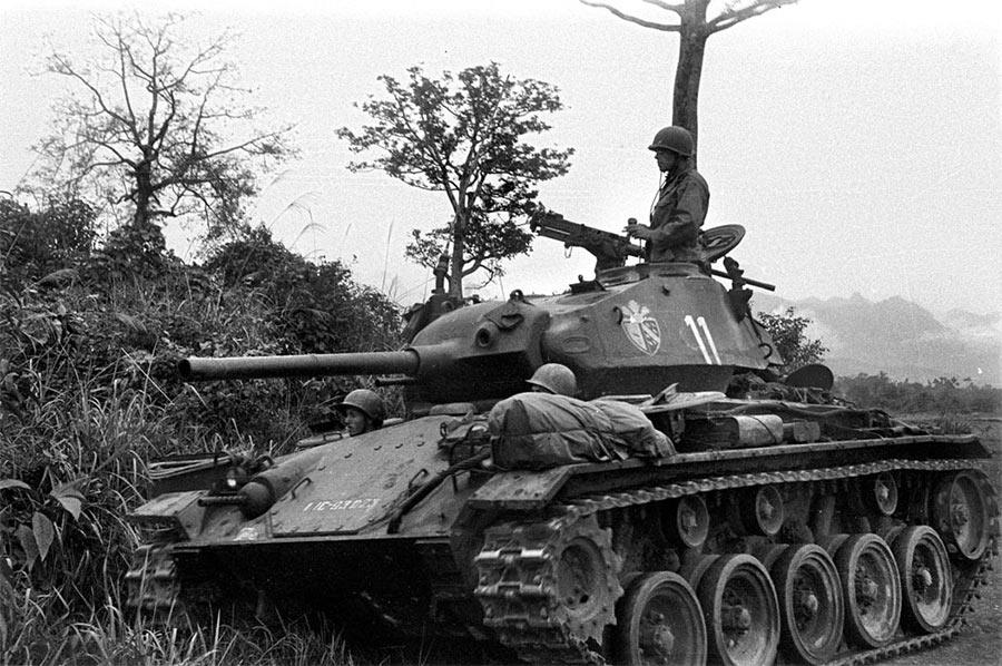 Хорошо видны оба люка в передней части танка М24 «Чаффи»
