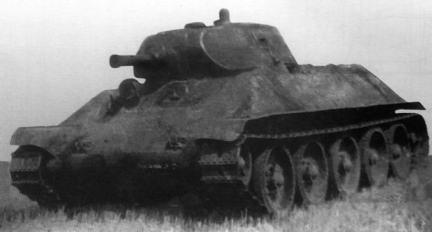 экспериментальный танк А-32. Контуры легендарно й 'тридцатьчетверки' уже видны отчетливо