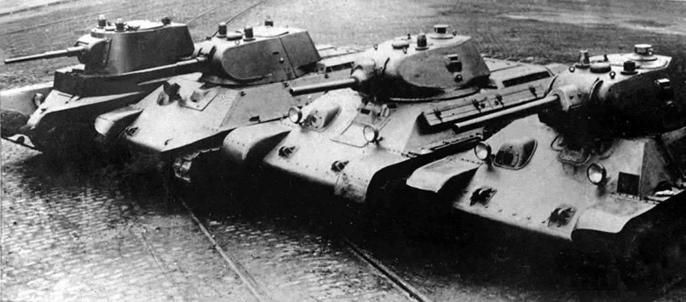 Справа налево изображены: Т-34, его прототип А-32, 'предпроект' А-20 и 'прадед' БТ-7