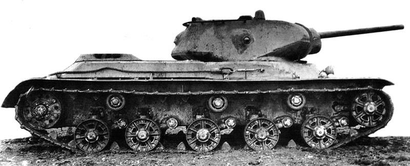 КВ-13 «в профиль» - есть что-то и от КВ-1 и от Т-34. Но как и положено «ребенку» от обоих прародителей он взял лучшее
