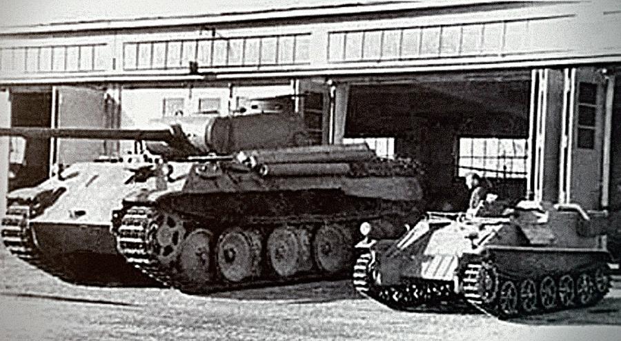 Сравнение размеров: телетанкетка B-IV на фоне танка Pz.V «Пантера»