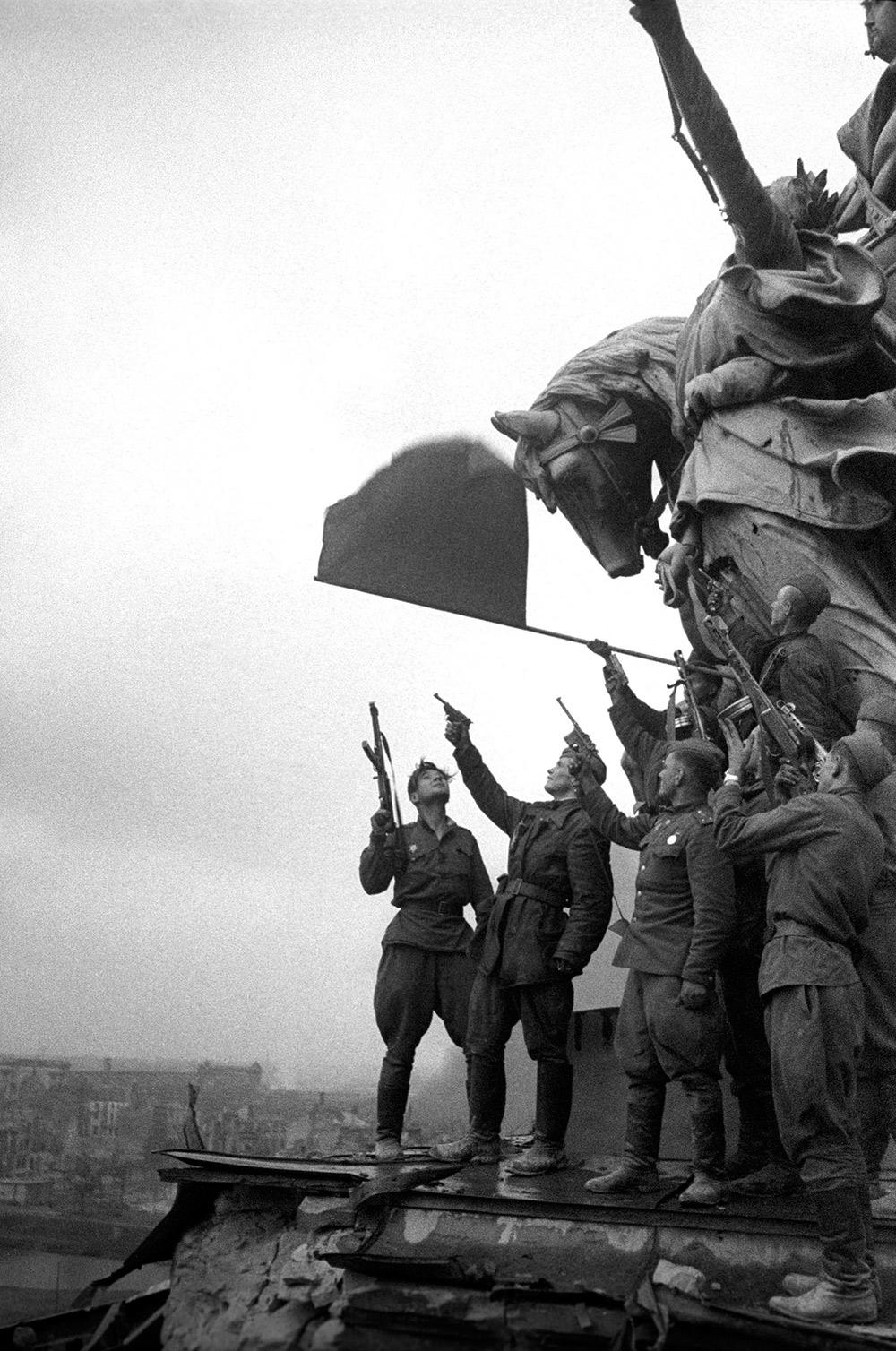Победный салют на крыше Рейхстага 1945
