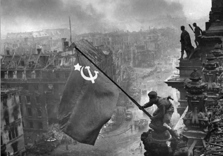 Знамя над Берлином. н снимке Алексей Ковалев. Фотограф - Евгений Халдей, 2 мая 1945