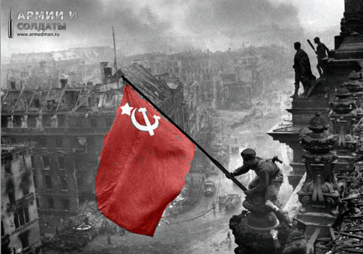 Знамя-над-Берлином.-н-снимке-Алексей-Ковалев.-Фотограф---Евгений-Халдей,-2-мая-1945