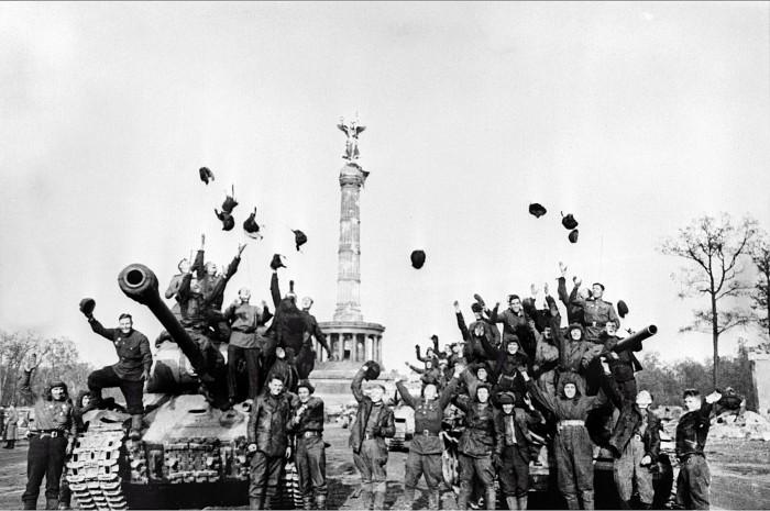 Танкисты 104-го танкового полка 7-й отдельный гвардейский <a href='https://arsenal-info.ru/b/book/1523244298/21' target='_self'>танковой бригады</a> празднуют победу. Снимок Марка Редькина, 5 мая 1945