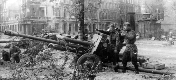 Расчет дивизионной пушки 76-мм ЗИС-3 ведет огонь по врагу, весна 1945