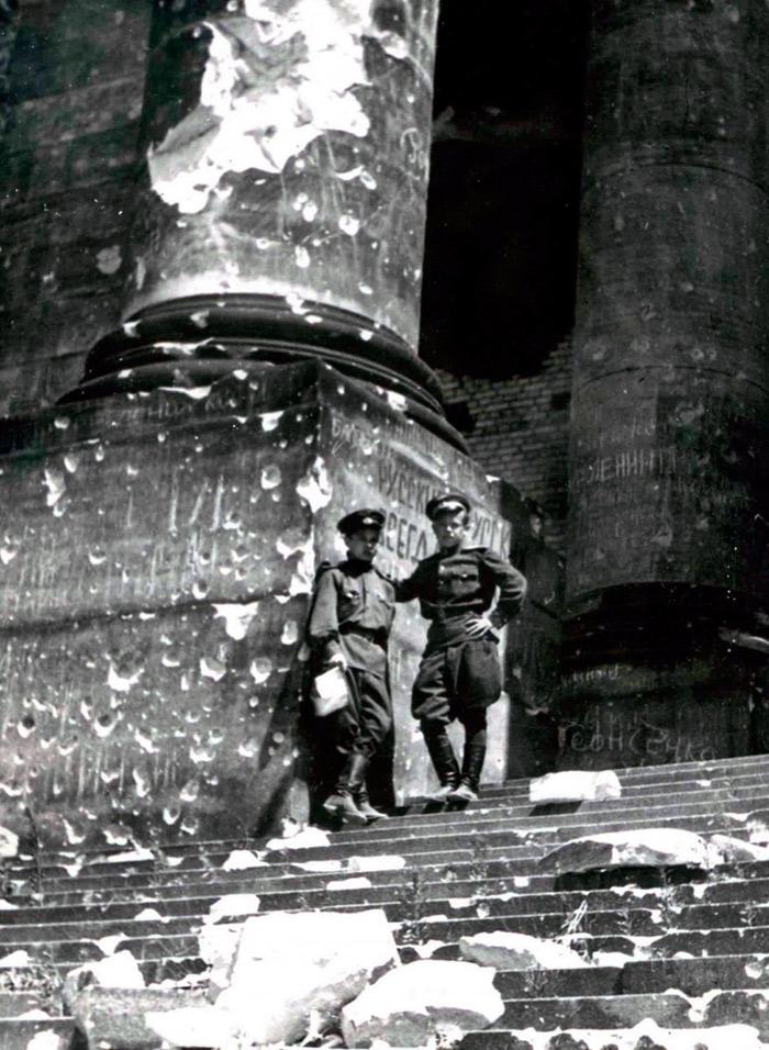 Война закончена. Два советских-офицера позируют на развалинах Рейхстага