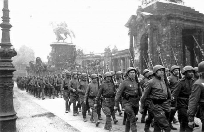 Советский парад в Берлине 1945
