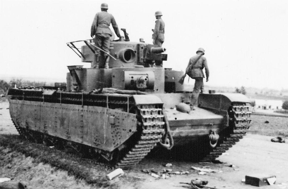 Брошенный танк Т-35 67-го танкового полка на трассе неподалеку от поселка Птичье. Судя по снятому пулемету, экипаж покинул машину заблаговременно