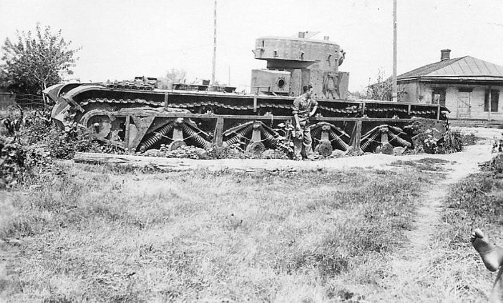Остов тяжелого танка Т-35. Большая часть неисправных танков Т-35 закончили именно так
