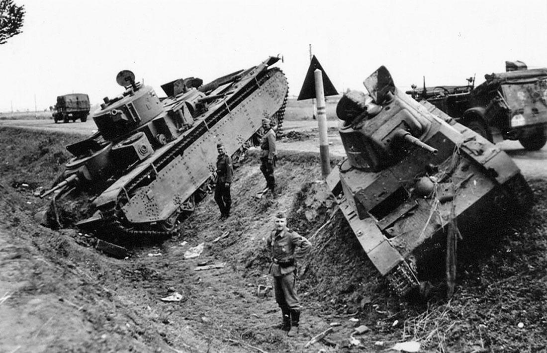 Брошенные тяжелый танк T-35 и легкий T-26 из 8-го <a href='https://arsenal-info.ru/b/book/3485638671/9' target='_self'>механизированного корпуса</a>. Район Дубно. Июль 1941.