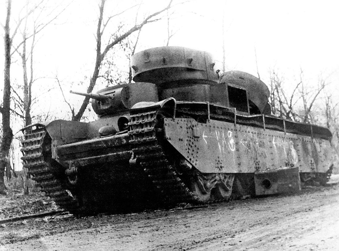 Один из 4-х советских тяжелых танков Т-35 (раннего типа) принимавших участие в обороне Харькова, в октябре 1941 г. После поломки оставлен экипажем и подорван.