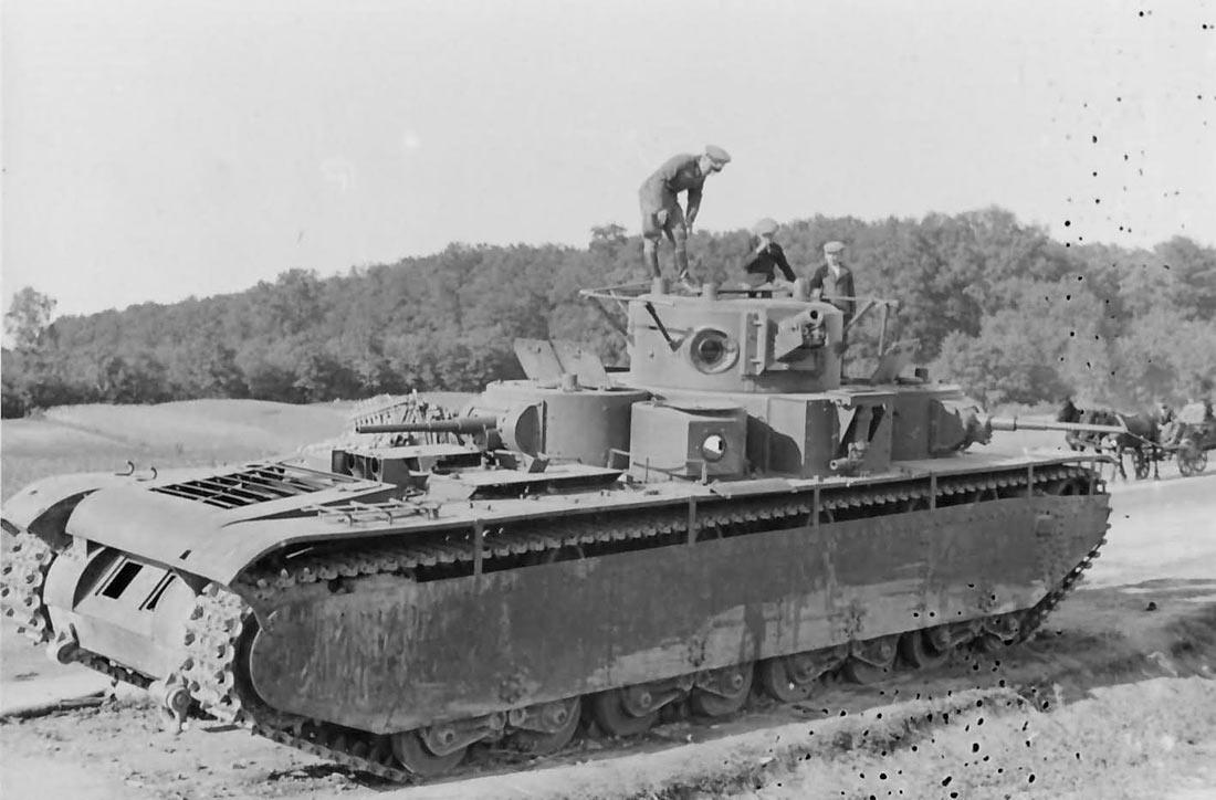 Брошенный на трассе недалеко от села Жидатичи танк Т-35