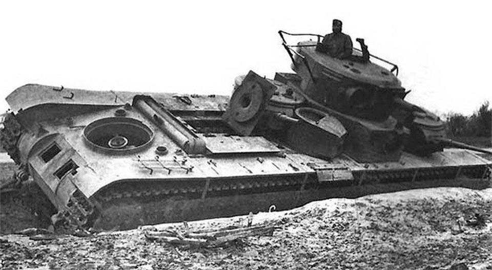 Ещё один Т-35 оставленный и подорванный экипажем