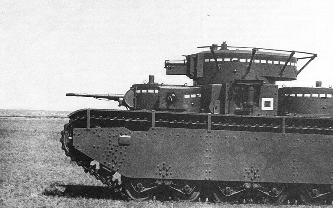 Хорошо видная передняя часть многобашенного советского танка Т-35