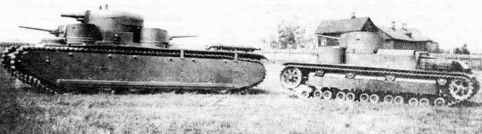 Многобашенный танк Т-35 со своим «предком» многобашенным танком Т-24