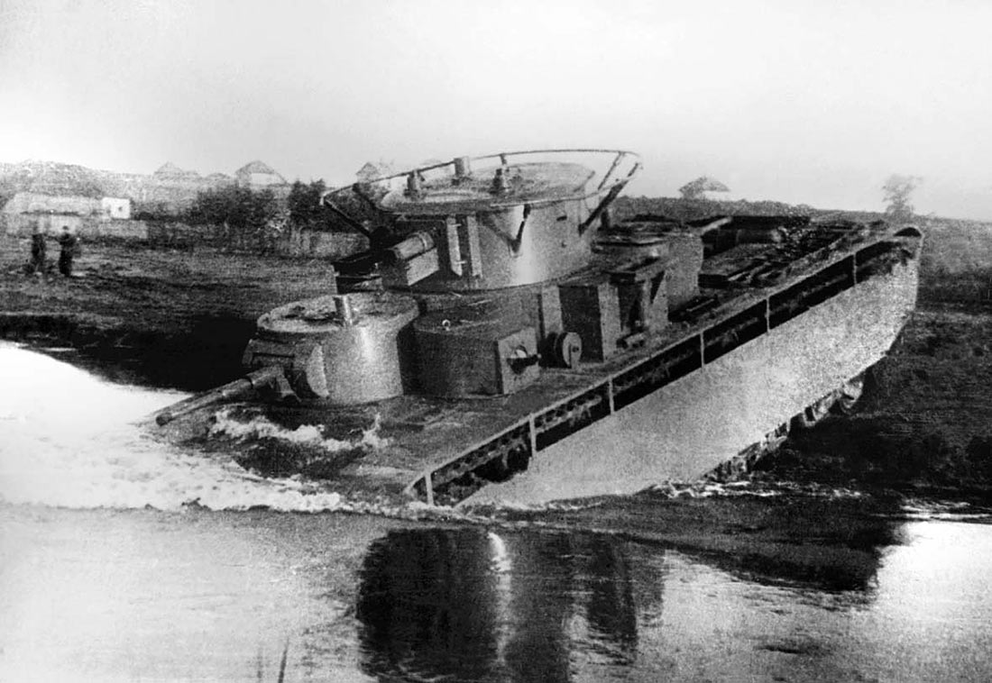 Тяжелый танк Т-35 форсирует водную преграду. Не смотря на свой громоздкий вид, машина была не так уж неповоротлива, как принято считать.