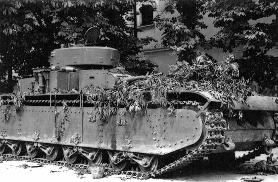 Брошенный советскими войсками танк Т-35А из состава 67-го танкового полка. Дневпропетровск